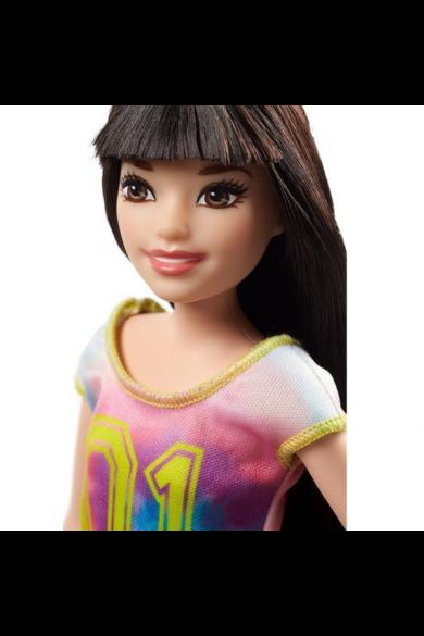 Barbie bébiszitter babák - Sötét barna hajú Barbie szivárvány polóban