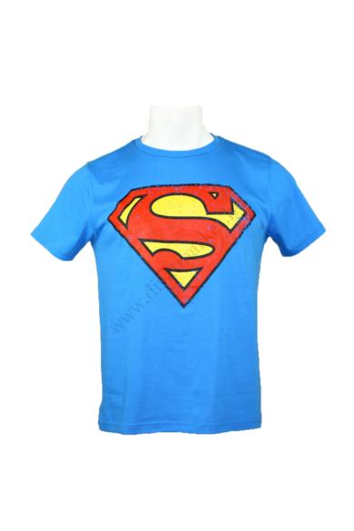 SUPERMAN férfi rövid ujjú póló, kellemes kék színben, kevertszálas anyagösszetételű (65 % poliester, 35% pamut) kényelmes viseletet biztosít, L méretben, állapota: új és címkés, mért adatok: váll szélesség: 43 cm mellszélesség: 52 cm hossz: 64 cm