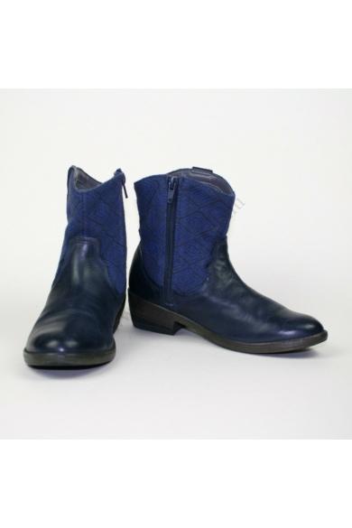 Eredeti CLARKS női bőr kényelmi bokacsizma, kellemes kék színvilággal, belső oldala cipzáras, rendkívül kényelmes viseletet biztosít, 35.5 (uk2.5) méretben Állapota: újszerű Belső talphossz: 22.5 cm