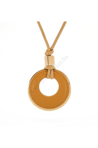 ST. MARYS nyaklánc a St. Marys egyedi elképesztő formavilága magáért beszél. Merész és hangsúlyos nyaklánc. Formavilága letisztult, melyet a nagy kör alakú tejeskávébarna műbőrrel szimbolizál, amit a luxus hatást keltő aranyszínű díszítő motívummal tesz e