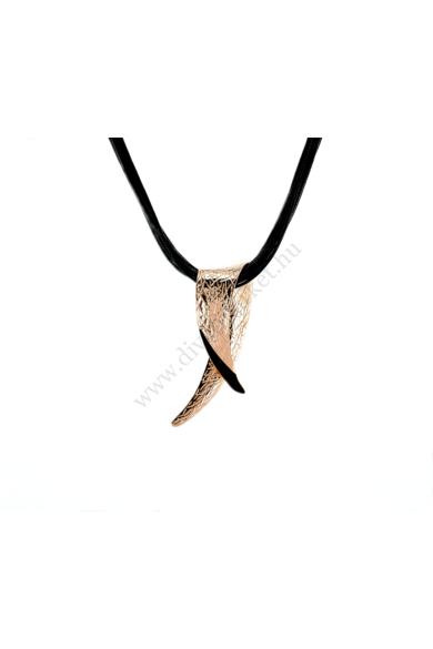 APEX nyaklánc abszolút egyedi formavilágú, nagy medál díszes nyaklánc. Ébenfekete, több zsinórból álló, vissza hajlított ezüstszínű holdsarló motívummal díszített nyaklánc. Igazán szemet gyönyörködtető látvány a dolgos hétköznapokban.Hossza: 47-50 cmSzíne