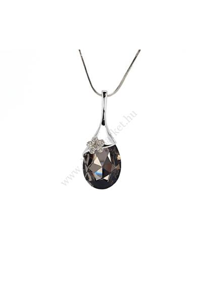 ELMIRA nagy köves nyaklánc hosszú ezüstszínű láncon, nagy vízcsepp alakú, virággal díszített medál található. Áttetsző cirkónia kristállyal berakott kis virággal díszített, nagy vízcseppet formázó ébenfekete medál a központja ennek a nyakláncnak. Medál mé