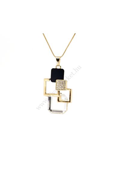 ROME arany nyaklánc hosszú láncos, nagy medálos nyaklánc. Geometrikus formatervezésű nagy medál jellemzi, melyet cirkónia kristály berakás, ébenfekete és áttetsző csiszolt üveg díszít. Medál mérete: 5,7-3,5 cmHossza: 75 cmSzíne: áttetsző kristály, rózsaar