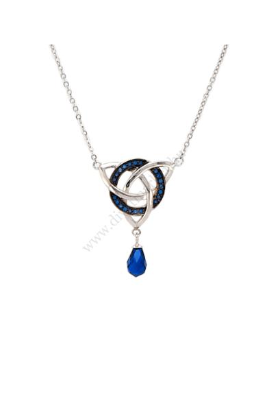 SALINAS női nyaklánc szimbolikus jelentéssel bíró ezüst nyaklánc. Ez az elegáns 925 ezüstből készült, zafírkék színű kristály berakásos, három egymásba fonódó kör metszet alakú medál a nyaklánc éke. Medál mérete: 2,5 x 2 cm Hossza: 37-42 cm Színe: ezüst,