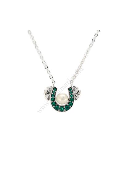 FALLOW ezüst női nyaklánc akár a szerencse nyakláncának is hívhatnánk ezt az írzöld színű ezüst nyakéket. Írzöld színű patkó medál, melyet fehér gyöngy és oldalanként három szívecske díszít. Medál mérete: 1,2 x 0,9 cm Hossza: 47 cm Színe: ezüst Anyaga: 92