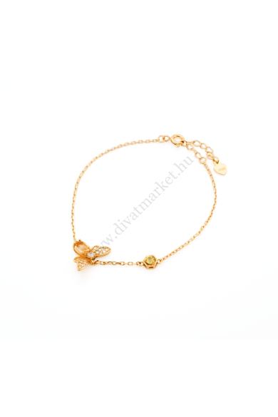 MILO méhecskés női karkötő aranyszínű, méhecske medálos, 925 ezüst karkötő. Bámulatos kidolgozású, cirkónia kristályos berakású méhecske motívum található az aranyszínű, Sterling ezüst karkötőn. Ezt a nagyon hasznos kis élőlényt borostyánsárga kristály ke