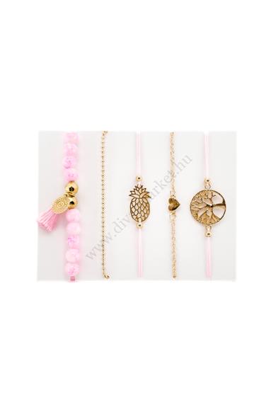 OCEANSIDE PINK BEACH női karkötő a szett tartalma öt darab karkötő, figyelmet felkeltő díszítő elemekkel, melyekkel a strandok királynője lehetsz. Két darab aranyszínű, két darab vattacukor rózsaszín zsinóros és egy darab dubarryrózsaszín gyöngyös karlánc