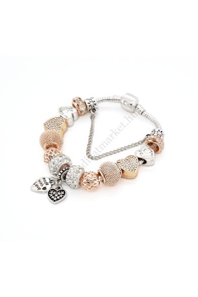 CHARLOTTE charm karkötő dúsan díszített, luxus hatású csodálatos karkötő. A rózsaarany szín meleg árnyalatát, az ezüst és a szikrázó fényű, áttetsző cirkónia kristályok simogatják. A P@ndora stílusra jellemző charmok díszítik.