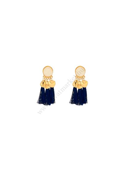 SURAT női bohém fülbevaló Arany lemezkékkel díszített bohókás, de egyidejűleg elegáns stekker zárral berakható bojtos fülbevaló. Hossza: 7 cm Színe: törtfehér, kék, arany Anyaga: ötvözet, fonal, műgyanta