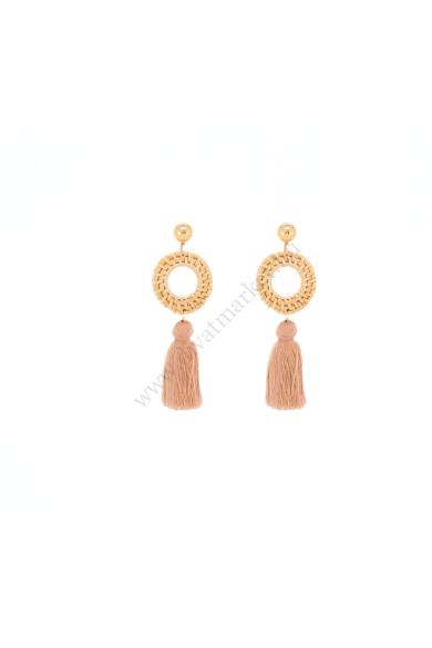 MIRAT női bohém fülbevaló különleges fa anyagból készült fonása természetközeli teszi ez a csodaszép összhatású, stekker zárral berakható bojtos fülbevalót.Hossza: 9.5 cm Színe: púderrózsaszín, drapp, arany Anyaga: ötvözet, fa, fonal