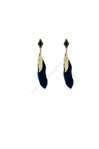 SIDE toll fülbevaló a nyári fesztiválok tökéletes kiegészítője ez a fekete színű tollas fülbevaló. Aranyszínű, fém toll díszíti a nagy fekete tollat. Könnyedén a fülbe rakható, a nyári kánikulában is kellemes viselet. Hossza: 9.5 cm Színe: arany, fekete A