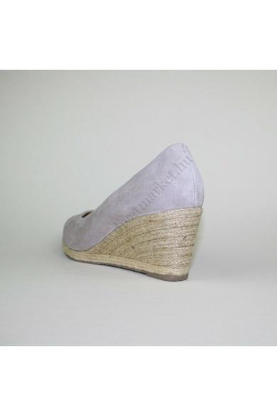 Eredeti GABOR női bőr(velúr) éktalpú cipő, kellemes egérszürke színben, kívül-belül bőr anyagú, extra puha talpbéléssel, kényelmes viseletet biztosít, uk7 41 méretben Állapota: új és címke nélküli Belső talphossz: 26.5 cm Sarokmagasság: 7.5 cm