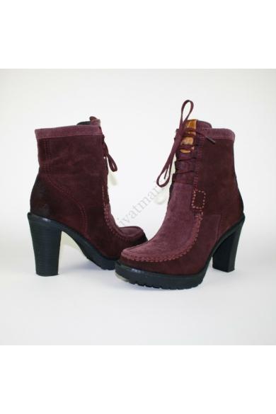Eredeti CALVIN KLIEN JEANS női magassarkú cipő, kellemes padlizsán színben, KENZY modell, platform talprésszel, felső része kordbárony anyagból készült, végig fűzős, vékonyan bélelt, uk4 37 méretben állapota: újszerű belső talphossz: 23.5 cm sarokmagasság
