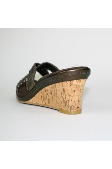 Eredeti K by CLARKS női bőr ék(teli) talpú papucs, kellemes ezüst színben, extra puha talprésszel, parafa hatású talppal, uk7 41 méretben Állapota: újszerű Belső talphossz: 26 cm Sarokmagasság: 7.5 cm