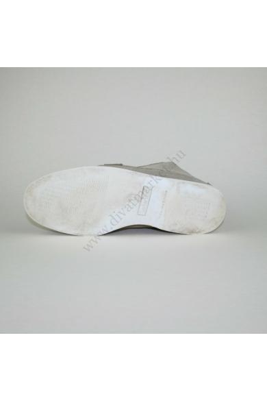 Eredeti TIMBERLAND férfi bőr (velúr) bokacipő, kellemes drapp színben, kívül-belül bőr anyagú, kényelmes viseletet biztosít, uk10.5 45 méretben Állapota: újszerű Belső talphossz: 29.5 cm Sarokmagasság: 1.5 cm