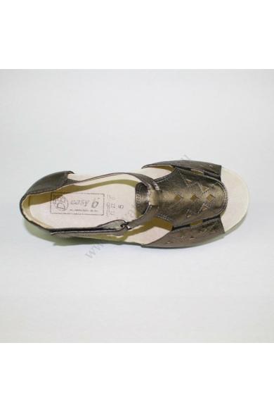 Eredeti EASY B női bőr kényelmi szandál, kellemes bronz színben, kívül-belül bőr anyagú,extra puha talpbéléssel, pántja tépőzárasok, a lábfej része gumis, ezáltal szélesebb lábra is ajánlom, uk5.5 39 méretben Állapota: újszerű Belső talphossz: 25.5 cm Sar