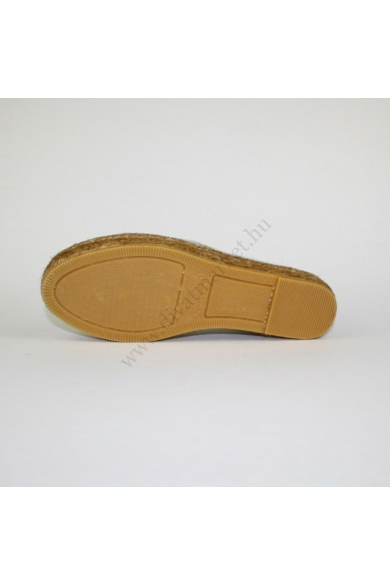 Eredeti GAIMO női kényelmi cipő slip-one, kellemes ezüst színben, MADE IN SPAIN (kézműves), talp része bőr anyagú, mindkét oldala gumis, kényelmes viseletet biztosít, uk8 42 méretben Állapota: új és címke nélküli Belső talphossz: 27 cm Sarokmagasság: 4 cm